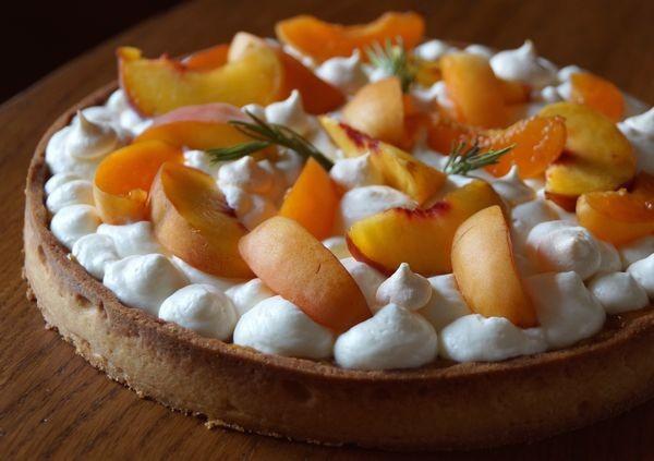 Tarte abricot, pêche & romarin