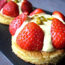 Tartelettes fraise, pistache & cardamome